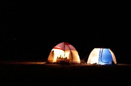 палатка ночью на льду